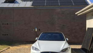 model-s-and-solar-panels_thumb.jpg